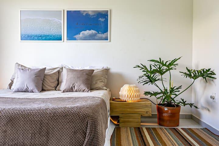 Suite de casal com colchao de alta qualidade para descanso reparador.