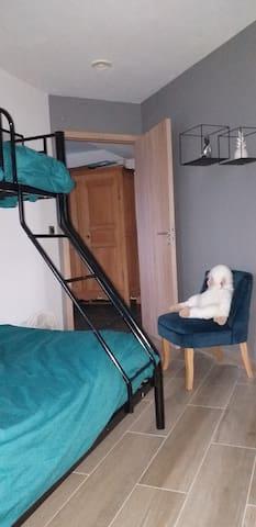 2ème chambre - lit double en bas et lit simple superposé