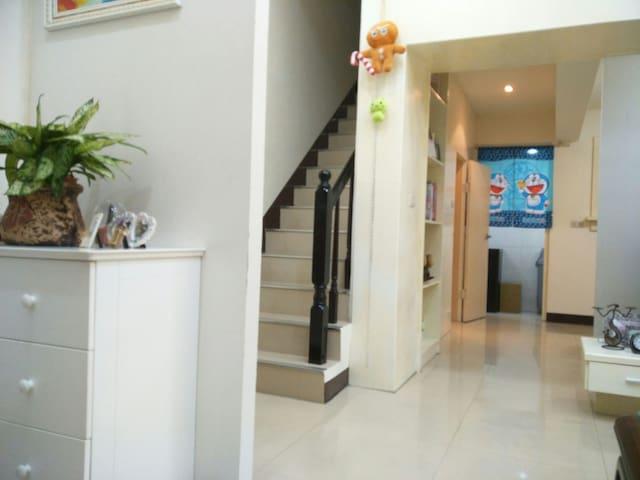 温馨小别墅/多個房間-3/交通方便/生活便利/ 近機場/ 商務、家庭、團體旅行