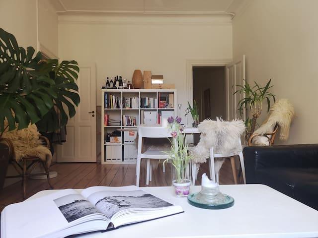 Spacious, Stylish, bright room by Østerbro Lakes