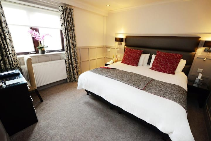 Essential Travel Only: Spledid Double Bed At Glasgow Surroundings