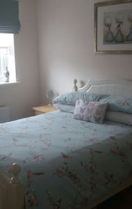 Lovely double room & private bathroom near A249.