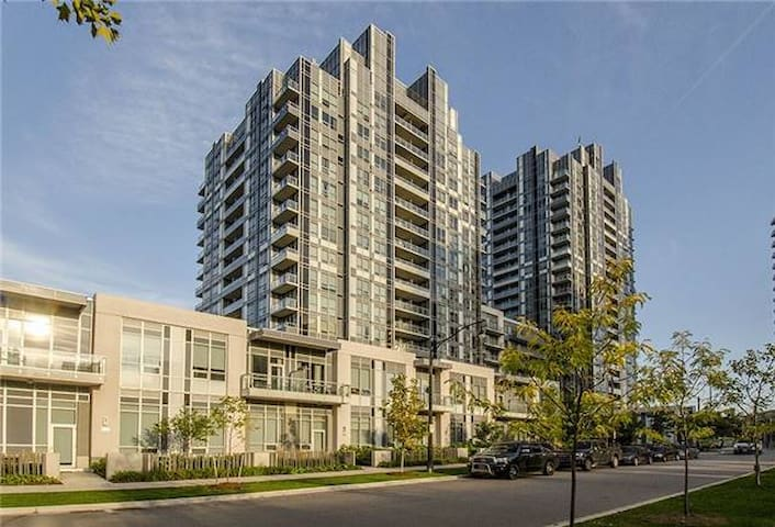 Luxury Bachelor - Free Parking - Subway 5 min away - Toronto - Apto. en complejo residencial
