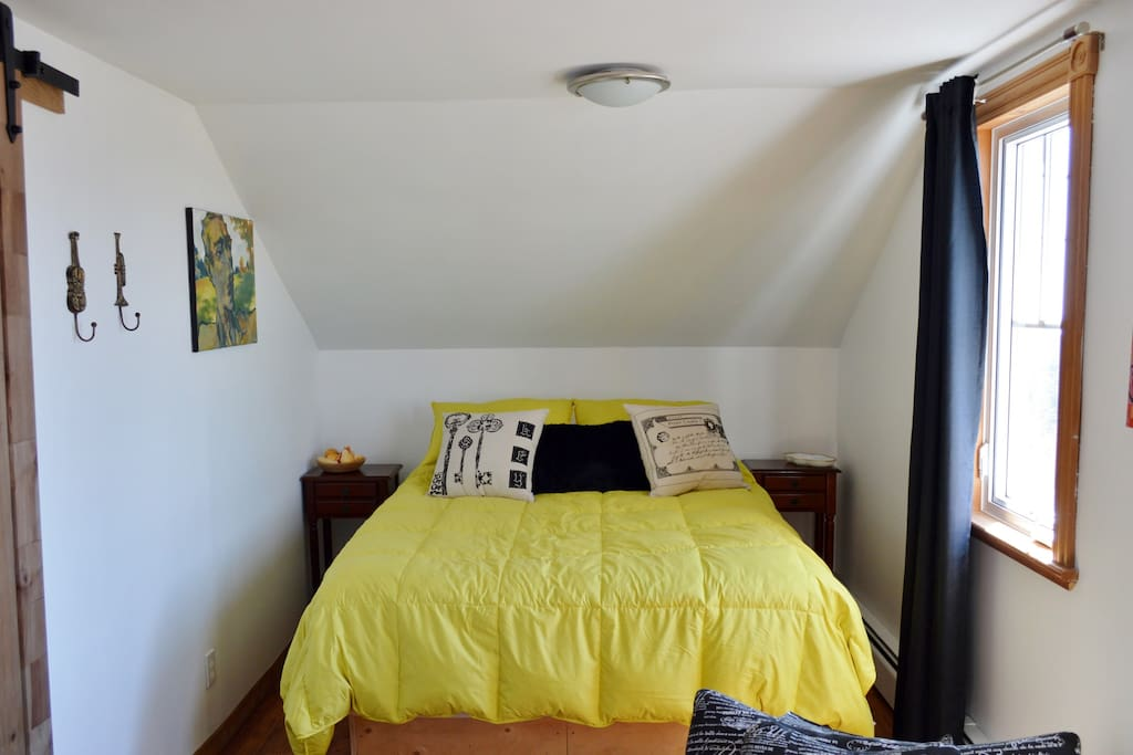 Chambre avec lit queen.  Deux fenêtres avec vue sur la mer, la lagune et les dunes.