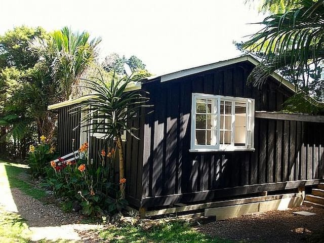 Lily Blacks Cottage - Onetangi Bach