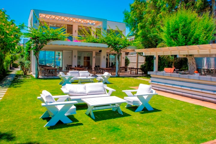 Wonderful 4 bedrooms private villa by the sea