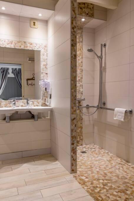 """Salle de bain de la chambre 'Cézanne"""", située au rez de chaussée, accessible aux personnes à mobilité réduite"""