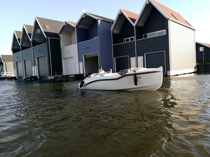 Rustgevend boothuis Harderwijk met optionele boot