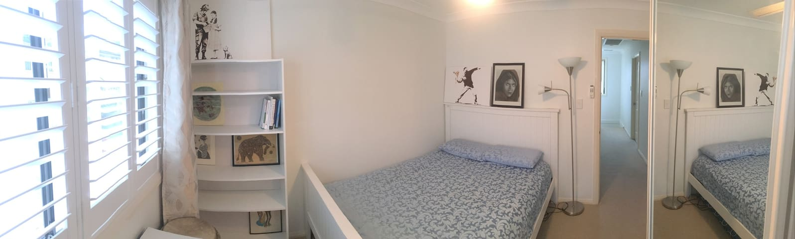 Spare room neat A/C Close to shops and transport - Woonona - Townhouse