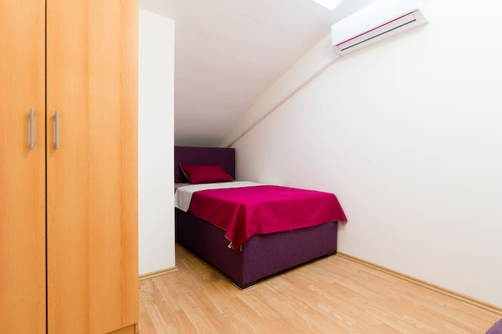 Lit, Single Bed Room w Wi-Fi near Delta City