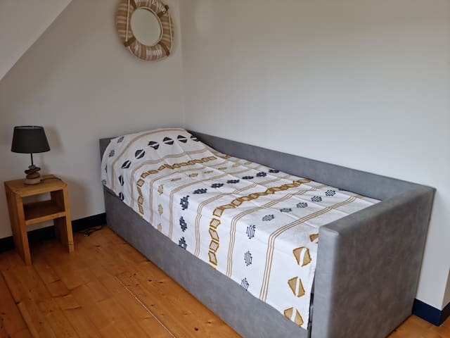 Lit gigogne de 80x200 avec un second lit que l'on peut sortir avec les mêmes dimensions.