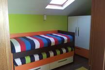 BEDROOM WITH 2 BEDS SINGLE Quarto com 1 beliche com 2 camas