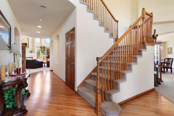 Luxury King size master bedroom close to Denver