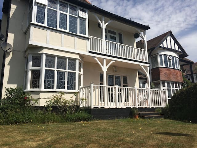 Large 3 bed flat close to beach