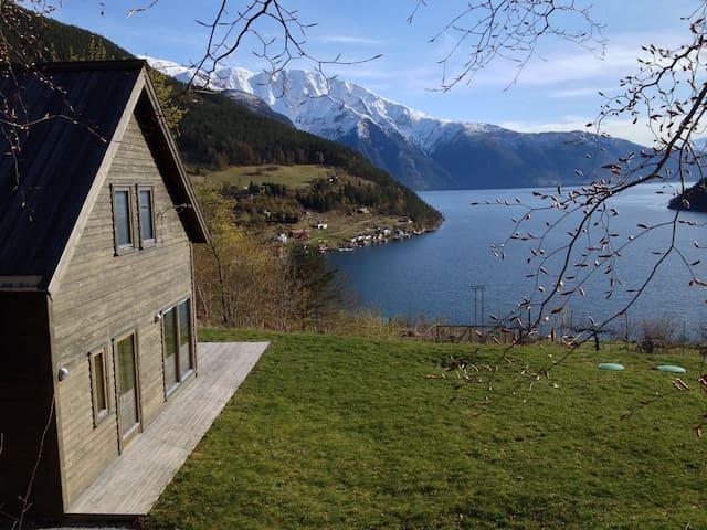 Prestestova, fjord og fjell i stua - Kaupanger - Casa