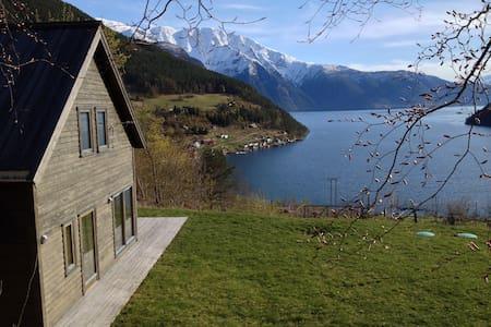 Prestestova, fjord og fjell i stua