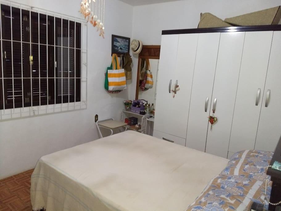 Quarto com ar condicionado,tv.R$120,00banheiro compartilhado.wi_fi