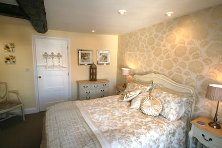 The Yellow Room with ensuite - Feltwell