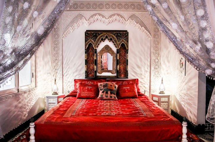 """Romantic Red Suite"" DAR ARSAMA + AC, BREAKFAST"