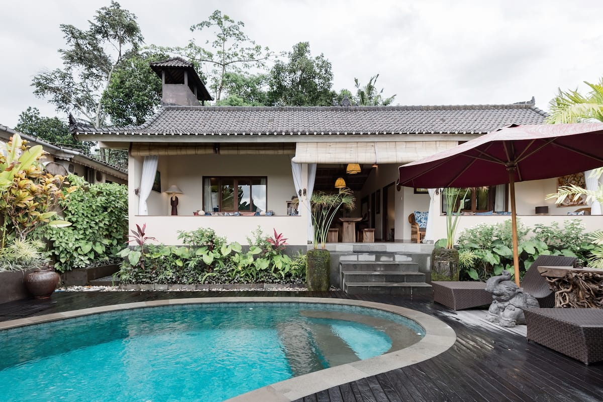 Charming Villa with a Pool in Penestanan