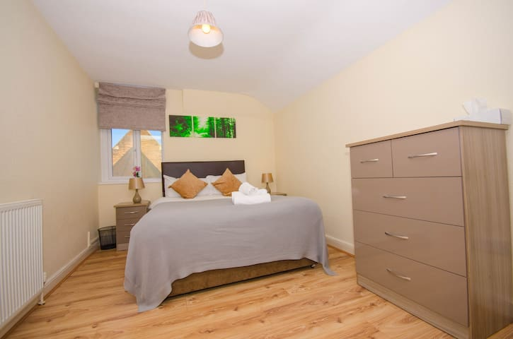 Wonderful 2 bed Guest House in Moseley Village
