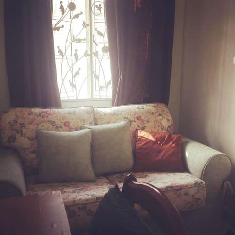 Cool cozy room in a bungalow in Petaling Jaya - Petaling Jaya - Bed & Breakfast