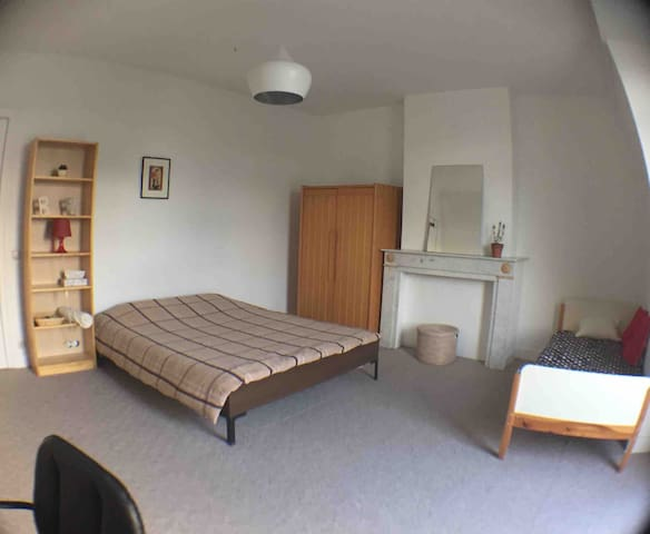 Spacious room with private balcony & Atomium view!