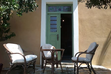 Spacious studio with shady garden patio - Ano Lechonia