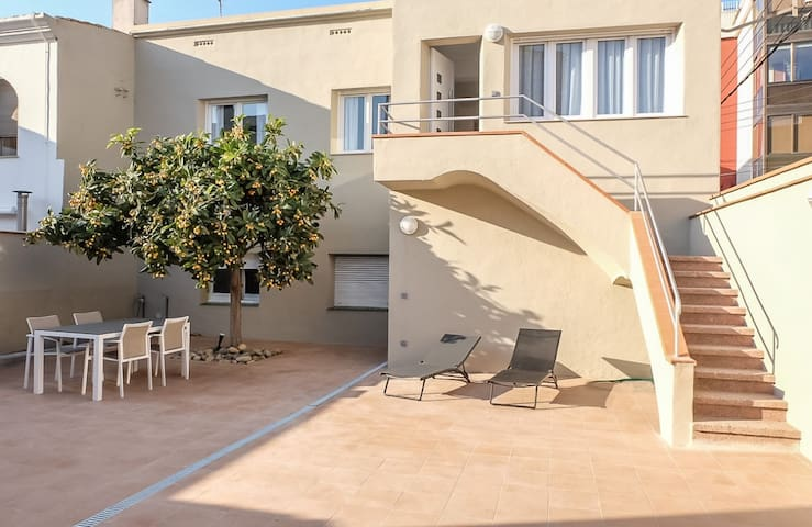 LOVELY HOUSE WITH LARGE PATIO NEAR FROM THE BEACH - Palamós - Huis