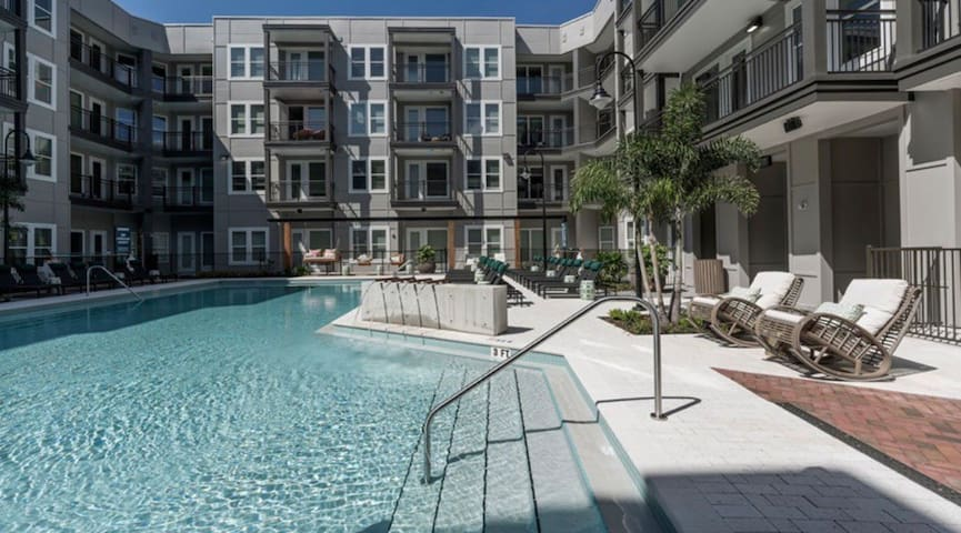 HUGE 2BR near all Walt Disney Resorts w pool/gym
