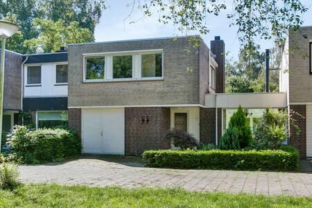Een mooi huis gelegen in 't groen. - Eindhoven