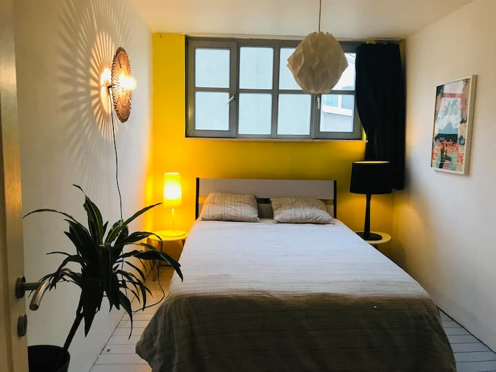 Private bedroom in a family duplex//Gare du Midi
