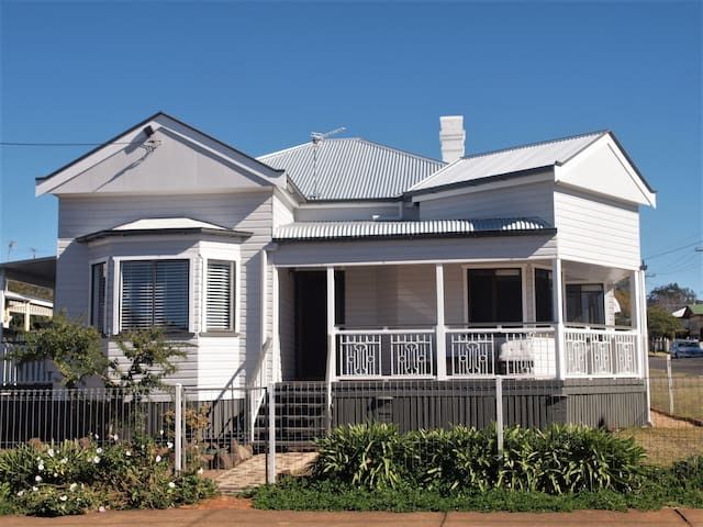 Stylish 4 bedroom Cottage in CBD