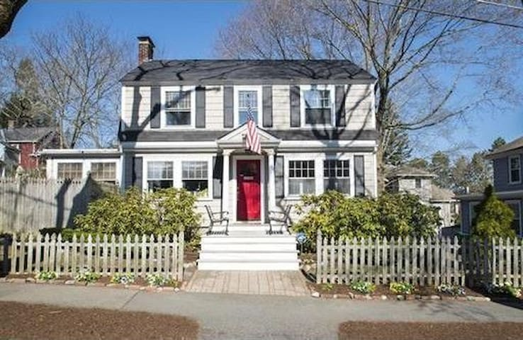 Charming, renovated 3 bed/2.5 bath house in newton