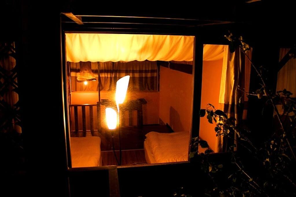 从窗外看房间的二楼卧室。