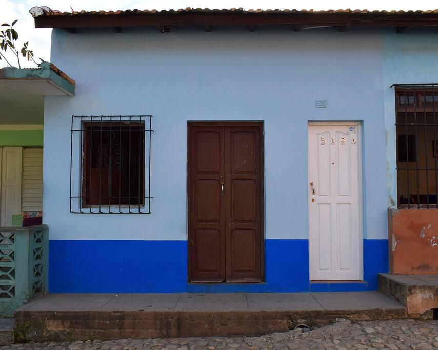 Frente de la casa, entrada puerta blanca