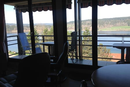 Malbuisson appartement avec balcon vue sur le lac.