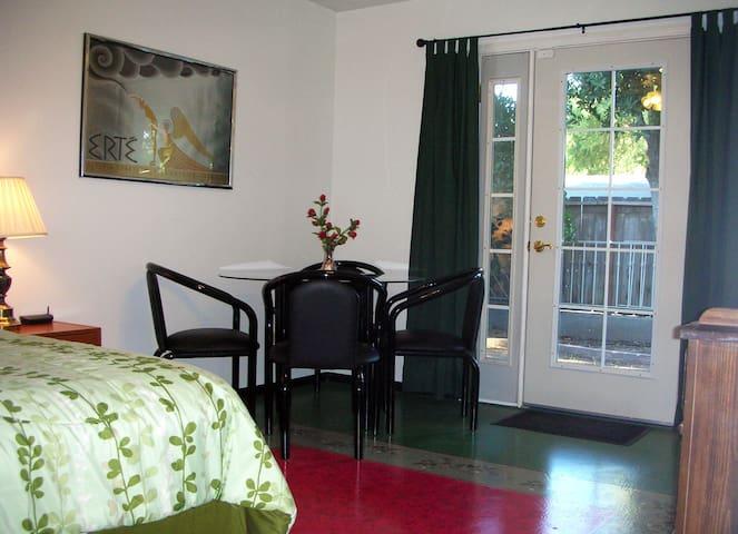 Adler Retreat - Green Room
