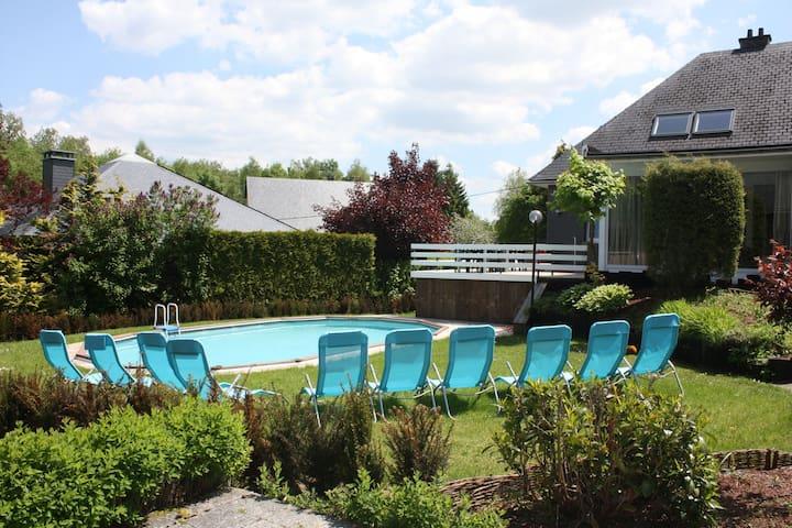 Vaste maison très confortable avec piscine, sauna, six chambres. Prix all-in!