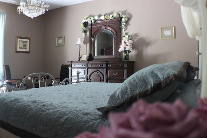 HendersonHouseB&B French King Suite