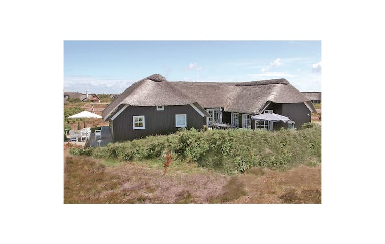 Holiday cottage with 6 bedrooms on 220 m² in Blåvand
