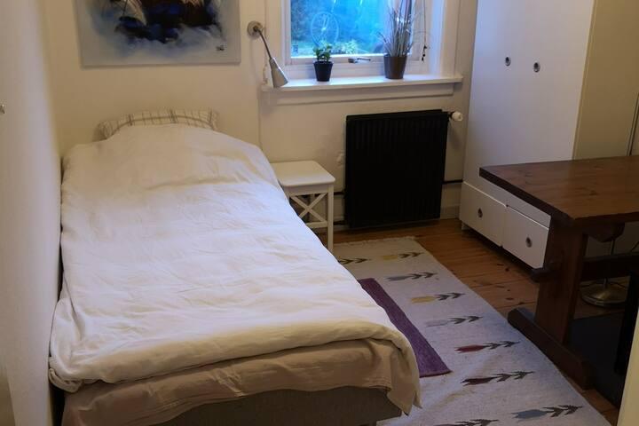 Hyggeligt og rent værelse i rolige omgivelser.