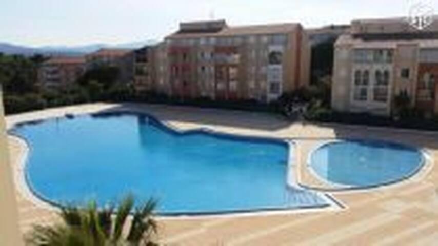 Rez de jardin avec piscine et tennis - Fréjus - Huoneisto