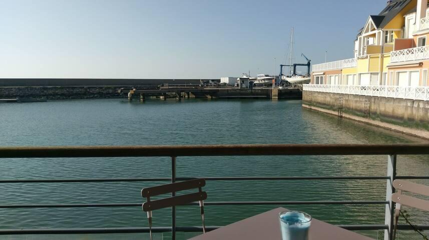 Mignon F2 avec terrasse dans la Marina