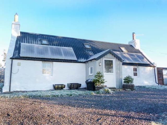 BRAEVAAL, pet friendly, with open fire in Lairg, Ref 927436