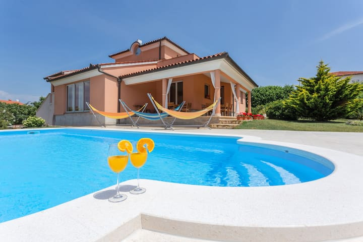 Villa Mirna, 500m from Beach with private pool 🏖