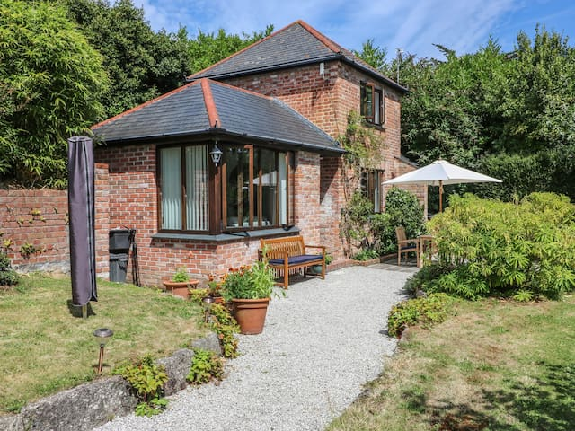 BOSCOVEAN COTTAGE, with a garden in Penzance, Ref 984808