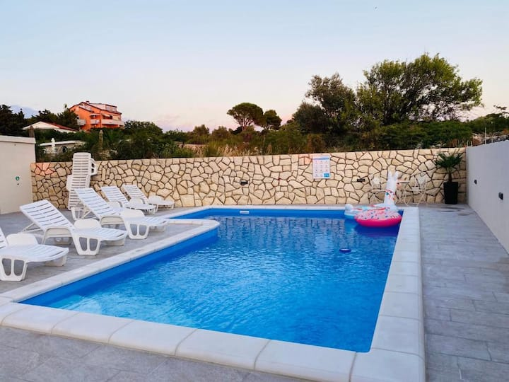 Apartment with pool in central Novalja