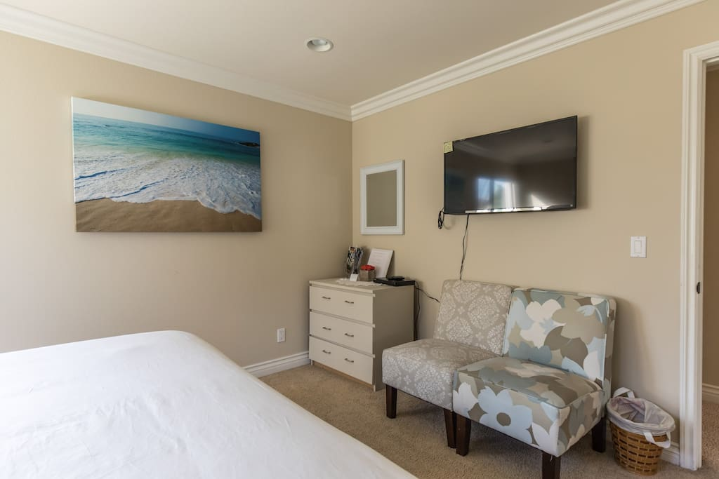 King bed personal bathroom in quality home maisons - Residence santa monica canyon en californie ...
