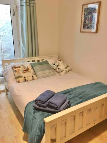 Double Bed with thick memory foam mattress.  Towels provided. Please bring your own toiletries and breakfast/food.